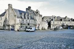 Place de l'Eglise - Français:   Façades des maisons, place de l\'église, à Locronan. Finistère