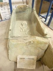 Musée préhistorique à Pors Carn - Français:   Squelette trouvé à Plouhinec (Finistère), placé dans un coffre à rainures trouvé à Poullan-sur-Mer, datant de l\'âge du bronze (ou du néolithique). Plusieurs coffres du même type, contenant des squelettes accroupis et des poteries brisées, ont été trouvés dans le Cap Sizun ainsi qu\