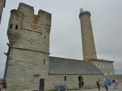 Tour et chapelle Saint-Pierre - Français:   Penmarch: l\'ancienne chapelle Saint-Pierre, à proximité du port de Saint-Pierre et du phare d\'Eckmühl. Datant du XVIe siècle, elle fut réduite de moitié lors de la construction de l\'ancien phare en 1835. La tour adossée à la chapelle servait à la fois de clocher, de lieu de défense et de refuge ainsi que de sémaphore et de phare avant la création du 1er phare en 1835.