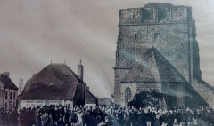 Ruines de la tour de Saint-Guénolé - Français:   Penmarch: le pardon et la messe en plein air devant la Tour carrée de Saint-Guénolé vers 1920