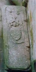 Ruines de la tour de Saint-Guénolé - Français:   Penmarch: Tour carrée de Saint-Guénolé, le tombeau orné du blason des Kermorvan