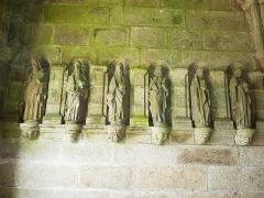 Eglise Saint-Pierre et chapelle funéraire - Français:   Pleyber-Christ: église paroissiale, porche: six statues d\'apôtres 1
