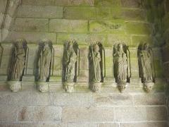Eglise Saint-Pierre et chapelle funéraire - Français:   Pleyber-Christ: église paroissiale, porche: les 6 autres statues d\'apôtres