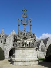 Eglise Saint-Yves - Calvaire de Plougonven (29). Construit en 1554, les croix du Christ ont été détruites à la Révolution , reconstruites en 1894.Les 7 calvaires monumentaux de Bretagne