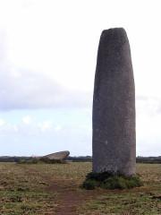 Menhir de Kergadiou -  Menhire von Kergadiou