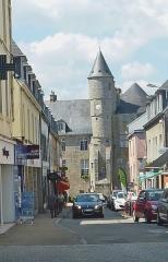 Hôtel de ville, dit aussi le Vieux Château, ou château des Barons du Pont - Français:   Pont-l\'Abbé: le château vu de la rue De Gaulle (le château abrite la mairie et le Musée bigouden)