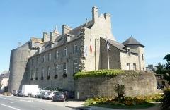 Hôtel de ville, dit aussi le Vieux Château, ou château des Barons du Pont - Français:   Pont-l\'Abbé: le château vu de la rue Jean Jaurès