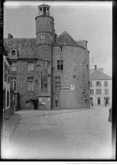 Hôtel de ville, dit aussi le Vieux Château, ou château des Barons du Pont - English: Donjon's castle of Pont-l'Abbé, View from Kereon street. fr=Le château de Pont-l'Abbé vu de la rue Kéréon.