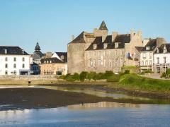 Hôtel de ville, dit aussi le Vieux Château, ou château des Barons du Pont - Français:   Château et étang de la ville de Pont-l\'abbé, en Bretagne.