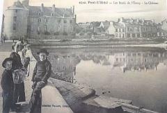 Hôtel de ville, dit aussi le Vieux Château, ou château des Barons du Pont - Français:   Pont-l\'Abbé: les bords de l\'étang et le château au début du XXème siècle (carte postale, collection Villard, Quimper)