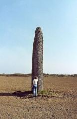 Menhir de Kérouézel - Français:   Menhir Kérhouézel. Hauteur hors sol, 7 mètres. Porspoder. Finistère