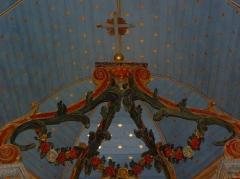 Chapelle Notre-Dame de Kergoat - Français:   Intérieur de la chapelle Notre-Dame-de-Kergoat en Quéménéven (29). volutes du baldaquin du maître-autel.