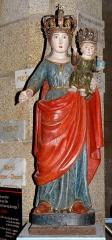 Chapelle Notre-Dame de Kergoat - Français:   Chapelle Notre-Dame de Kergoat en Quéménéven (29). Statue de procession. Vierge à l\'Enfant.
