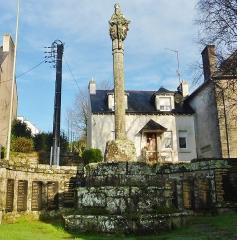 Eglise de la Trinité de Kerfeunteun - Français:   Le calvaire du placître de l\'église de la Trinité à Kerfeunteun (  en kersanton, haut de 8,5 mètres, il date du XVIe siècle) et le monument aux morts