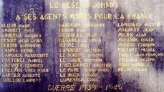Eglise de la Trinité de Kerfeunteun - Français:   Plaque commémorative rappelant le nom de morts du réseau Johnny, réseau de renseignements pendant la Seconde guerre mondiale, située sur un mur près de l\'église de La Trinité à Quimper (Kerfeunteun).