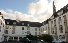 Maison de retraite du Bourgneuf - Français:   Quimperlé: l\'ancienne Abbaye Blanche, désormais transformée en maison de retraite (les bâtiments, qui datent ern partie du XVIe siècle, ont été largement remaniés), cour intérieure