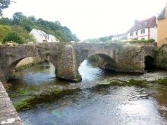 Pont Fleuri, sur l'Ellée - Français:   Quimperlé: le pont Lovignon sur l\'Ellé; au premier plan, les restes des enrochements de l\'ancien gué qui permettait le franchissement de la rivière avant la construction du pont