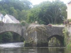Pont Fleuri, sur l'Ellée - Français:   * Date: 12 août 2006 Source: photo personnelle d\'archeos  Description: Avant-bec du pont médiéval de Quimperlé
