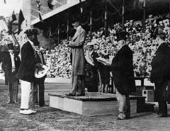 Manoir de la Haye - English: Duke Kahanamoku accepting the Olympic Gold Medal from King Gustav, Stockholm, Sweden 1912.