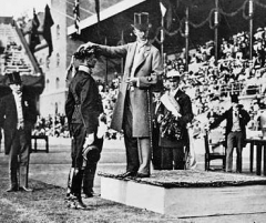 Manoir de la Haye - English: Gösta Lilliehöök receives a laurel wreat from king Gustav V of Sweden at the 1912 Summer Olympics in Stockholm.