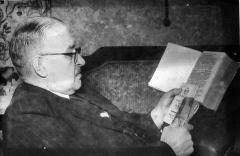 Manoir de la Haye - English: Kurt reading a rare paper from the 18th century.