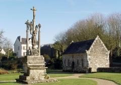 Eglise Saint-Pierre - Deutsch: Saint-Hernin (Bretagne, Finistère) Beinhaus (1697) und Calvaire auf dem ehemaligen Kirchhof.