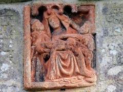 Eglise Saint-Pierre - Deutsch: Saint-Hernin (Bretagne, Finistère) Beinhaus: Pieta über der Eingangstür.