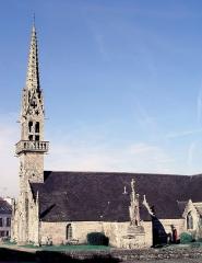 Eglise Saint-Pierre - Deutsch: Saint-Hernin (Bretagne, Finistère): Pfarrkirche und Calvaire im ehemaligen Kirchhof.