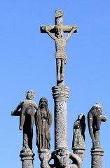 Eglise Saint-Pierre - Deutsch: Saint-Hernin (Bretagne, Finistère) Calvaire: Kreuzgruppe. Auf dem Querarm Maria und der in den Proportionen etwas kleinere Johannes. An den Aussenseiten die beiden Schächer.