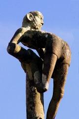Eglise Saint-Pierre - Deutsch: Saint-Hernin (Bretagne, Finistère) Calvaire: Zur Rechten des zentralen Kreuzes Christi ein T-förmiges Kreuz, an das der gute Schächer gefesselt ist.