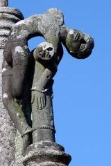 Eglise Saint-Pierre - Deutsch: Saint-Hernin (Bretagne, Finistère) Calvaire: Zur Linken des zentralen Kreuzes Christi ein T-förmiges Kreuz, an das der gute Schächer gefesselt ist.