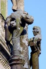 Eglise Saint-Pierre - Deutsch: Saint-Hernin (Bretagne, Finistère) Calvaire: An den beiden Kreuzen rechts und links sind die beiden Schächer festgebunden. Ihre Körper stark verdreht. Motivisch ähnlich die Schächer in Quilinen (Landrevarzec, cant. Briec) und Cleden Poher.