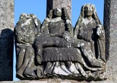 Eglise Saint-Pierre - Deutsch: Saint-Hernin (Bretagne, Finistère) Calvaire: Pieta, stark beschädigt. Zur Rechten Mariens Johannes zur Linken Maria Magdalena.