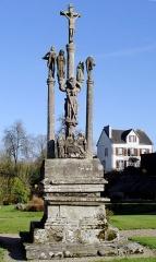 Eglise Saint-Pierre - Deutsch: Saint-Hernin (Bretagne, Finistère) Calvaire. Gesamtansicht der Wetseite. Auf dem als Opfertisch ausgearbeiteten Sockel eine Pieta sowie drei Kreuzessäulen. In der Mitte für das Kreiuz Christi, rechts und links für die beiden Schächer.