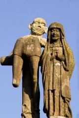 Eglise Saint-Pierre - Deutsch: Saint-Hernin (Bretagne, Finistère) Calvaire: Der gute Schächer und Maria.