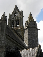 Eglise Notre-Dame - Extérieur de l'église Notre-Dame-de-Toutes-Joies de Broualan (35). Clocher-peigne et tourelle d'accès vus du chevet côté septentrional.