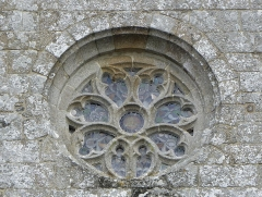 Eglise Notre-Dame - Extérieur de l'église Notre-Dame-de-Toutes-Joies de Broualan (35). Rose de la façade occidentale.