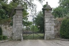 Château (également sur commune de Saint-Père, anciennement Saint-Père-Marc-en-Poulet) - Français:   Château de Châteauneuf-d\'Ille-et-Vilaine: le portail.