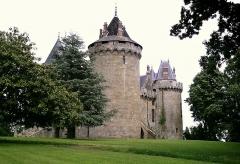 Château - Deutsch: Die bretonische Burg in Combourg, ehemals Wasserburg, Seitenansicht.