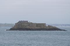 Ile Harbour et son fort - Français:   Île Harbour de Dinard vue de la mer.