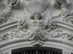 Théâtre municipal - Génie ailé du fronton. Détail de la façade principale du Théâtre Victor Hugo à Fougères (35).