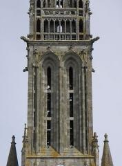 Eglise Notre-Dame - Façade occidentale de la basilique Notre-Dame-de-l'Assomption de La Guerche-de-Bretagne (35). Étage du beffroi et galerie de la tour-clocher.