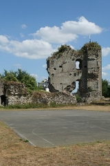 Restes du Vieux-Château - Français:   Hédé, Ille-et-Vilaine, Bretagne, France  Ruines du château et terrain de basketball, vues de l\'intérieur.
