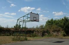 Restes du Vieux-Château - Français:   Hédé, Ille-et-Vilaine, Bretagne, France  Panier de basketball dans le château.