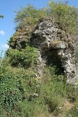 Restes du Vieux-Château - Français:   Hédé, Ille-et-Vilaine, Bretagne, France  Ruine de la courtine du château, vue de l\'intérieur.