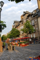 Maison, dite aussi hôtel Racapé de la Feuillée - English: Implementation of the Marché des Lices in Rennes. In the background, the two timber framing heritage buildings named