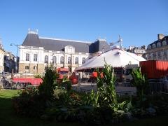 Place du Parlement de Bretagne -  cirque sur la place du palais a rennes octobre 2011