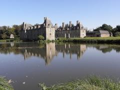 Château du Rocher-Portail - Vue méridionale de l'étang et du château du Rocher-Portail en Saint-Brice-en-Coglès (35).
