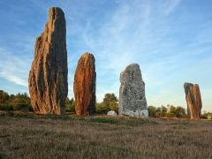 Ensemble mégalithique dénommé alignements de Cojoux - Français:   Il s\'agit là des principaux menhirs - les plus hauts - de la file comptant 13 menhirs encore debouts et sous la lumière rasante du soleil couchant à l\'ouest.
