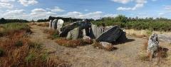 Sépulture mégalithique dite le Four Sarrazin ou les Pierres Chevêches - Français:   Vue générale de l\'édifice depuis le sud-est du dolmen qui se situe tout au bout du parcours du site mégalithique des landes de Cojoux, réaménagé en 2018 par le Conseil Départemental d\'Ille-et-Vilaine